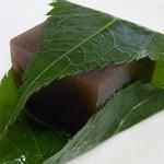 茨木旬菓庵 蔦屋 - 料理写真:水羊羹♪ ¥125 大きな桜葉に包まれて☆