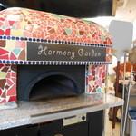 ハーモニーガーデン - 外から見えるカラフルなピザ窯
