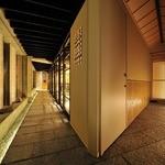 西麻布 いちの - 右側が個室入口で、左側がカウンターにつながる通路です。