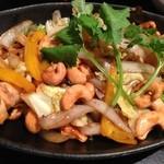 琉球・アジアンバール チュミチュミ - 鶏とカシューナッツのオイスター炒め