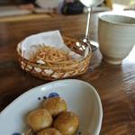 そばの坊 - お通し的なサービス 蕎麦団子・蕎麦の素揚げ