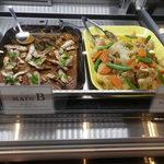 カプリカフェ - メインA : 豚と北あかりのピエモンテ風  メインB :ポークソテー マッシュルーム・ブラウンソース