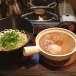 天下一品 - 天下一品のつけ麺。 土鍋に入った、あのスープでつけ麺です。 途中、スープが冷めたら、目の前のコンロで温めながら。