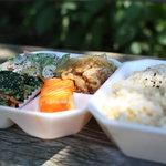 デリ アイランド - 料理写真:4品(生姜焼き・ほうれんそう胡麻あえ・チキンとアスパラの胡麻マヨサラダ・紅鮭)+玄米でおいしくCPも抜群です。