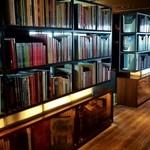 18980033 - レストランとラウンジを仕切る本棚には並ぶ約1000冊の洋書。アートや建築、ビューティーなど多彩なジャンル