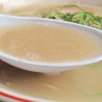 一鉄 - 脂っこくないのに、コラーゲン感たっぷりのトロリン豚骨ラーメン。       麺は、オーソドックスなストレート細麺。