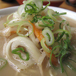 一鉄 - トッピングはチャンポン風の炒め野菜。       玉ねぎ・モヤシ・ニンジン・ネギ。       肉・海鮮など動物系蛋白質は一切入ってません。