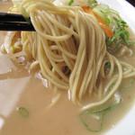 一鉄 - 味噌の風味は控えめだけど濃厚な豚骨スープ。麺はラーメンと違い、中太麺。