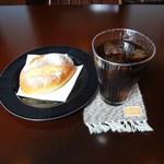 ピニョン - ドライフルートとヘーゼルナッツのパン+アイスコーヒー