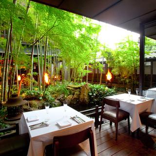 ザ・カワブン・ナゴヤ - 内観写真:錦鯉と孟宗竹に囲まれてのお食事 夏にはテラス席もご用意