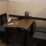18995086 - テーブル席です