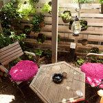 CAFE 桃園文庫 - 中庭にはテラス席もあります