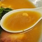 19000353 - スープは醤油がたってます。豚骨ダシは弱めです。