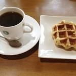 陵喫茶 - ホットとワッフルセット。