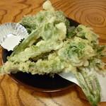 水府 - 料理写真:季節野菜の天ぷら(400円)‥山ウド・こごみ・コシアブラ