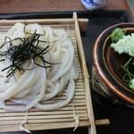 かじまや - ざるうどんは¥300だ~。薬味はうどんに珍しい山葵だ。
