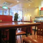カフェ・ベローチェ - 全店共通の海老茶色使用