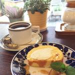 喫茶いのん - メープルロールケーキとアメリカンコーヒー 800円。真っ正面に「女紅場跡」の石碑が見え、お店の方に尋ねると親切に教えてくださいました。