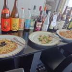 タツ屋 - パスタ・鶏肉・レンコン、奥には数々のお酒
