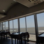 タツ屋 - テーブル席からも垂水の海が眺められる