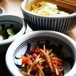 櫻守 - レタスたっぷりサラダ、胡瓜のからし漬、箸休めの牛蒡のキンピラ