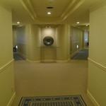 19010705 - 先端側から見た廊下。