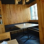 喫茶うずら - 少し奥まったテーブル席