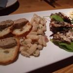 19017601 - 左から,レバパテのクロスティーニ,白インゲンのサラダ,蛸のマリネとグリル野菜.