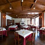 リヴァデリエトゥルスキ - 赤を基調とした2F SALA ROSA/サーラ ローザ。家庭的な雰囲気の中、最上のトスカーナ伝統料理を披露しております。