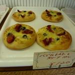 十字ベーカリー - バジルトマトとオリーブのパン 120円