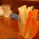 傘 - 野菜スティック。「野菜モンが欲しい、キュウリ切るだけでもいいし」との要望で出しはじめた、人参・大根・きゅうり、たまにセロリの  野菜スティック。なぜかワイングラスとともに。