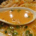 ちゃが商店 - まろやかな味噌にとんこつベースのスープ。野菜の旨味も混ざっています。
