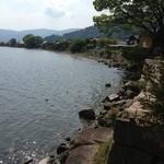19033027 - 石垣が続く湖岸。テラス席より