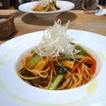 イダキ カフェ - 白葱、小松菜、ごぼうのトマトソースパスタ