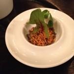 レストラン マノワ - アミューズその3:ブラックオリーブをフレーク状にしたもの