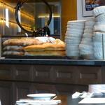 ザ シティ ベーカリー ブラッスリー ルービン - こちらのカウンターで、パンが切られていました。