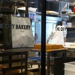 ザ シティ ベーカリー ブラッスリー ルービン - 窓越しに、パンを焼くオーブンが見えます♪