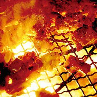 自慢の炭火で焼きあげる地鶏