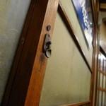 とんかつ 大幸 - 懐かしい螺子錠の木製窓