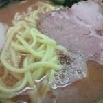 19050244 - 濃いめのスープに中太丸ストレート麺とチャーシュー