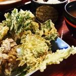 観光旅館 三頭山荘 - 山菜天ぷらも盛りだくさん!