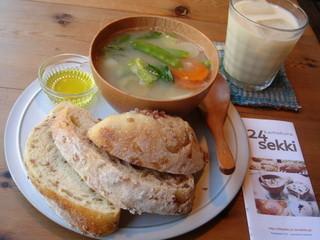 カマクラ 24セッキ - 「ブレッド & 季節の自然栽培やさい と お豆 と 雑穀のスープ セット」 ¥850 「ホームメイドジンジャーソイ」 アイス \680