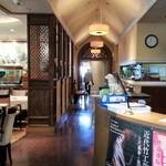 雅秀殿 - 店内通路 左手がテーブル席、奥が個室