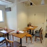 純手打ち讃岐うどん五郎 - 2人かけの机が3席 4人かけの机が1席 カウンターが5人座れます。 全部で15席になります。