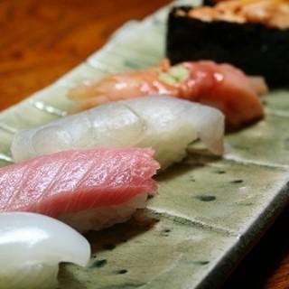 近海物の鮮度の良いネタを使う、伝統的な江戸前寿司が自慢