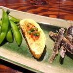 金山魚市場ぴち天 - 自家製うなぎ入り出し巻玉子・枝付枝豆・どじょうの唐揚げ