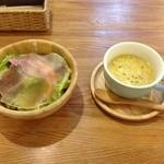 ココネ - サラダとスープ。どちらもすごーく!美味しかったです(*^^*)サラダのドレッシングも絶妙のバランスで最高でした!!野菜も新鮮で…オススメです!