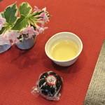 19069453 - 試食用に丸々一個、蒸かし立ての『源楽胡麻饅頭』とお茶を頂ける