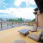 露瑚 - 築100年超の京町家、2F広間からのテラスです。鴨川や東山、大文字を一望できます