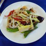 中国料理 石本 - 二人分。季節野菜と小エビの炒めもの。蓮根やスナップエンドウから大きさが分かります。